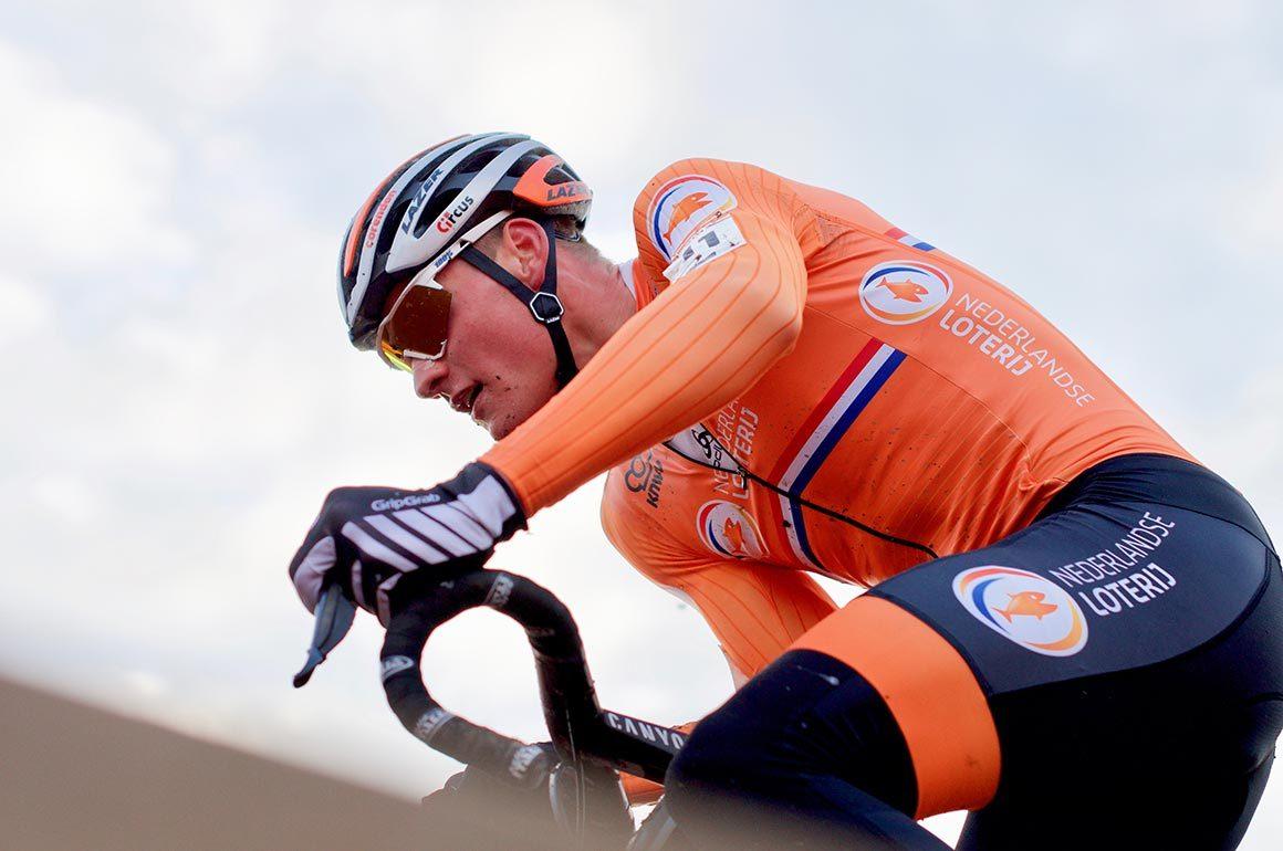 Mathieu van der Poel snelt over een brug.